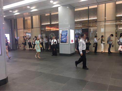 ニューヨークキャラメルサンド 夕方に大丸東京店の行列に並ぶ